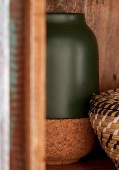 Ein einzigartiger Mix an Materialien zeichnet diese schicke Vase der Marke Bloomingville aus. Gefertigt aus Keramik und Kork hat sie einen sehr natürlichen Touch und bietet sich für einzelne langstielige Blüten ebenso an wie für volle Wiesenblumensträuße. Die hübsche Dekovase im modernen Design findet ihren idealen Platz auf Fenstersimsen, Beistelltischen oder auch mitten auf der gedeckten Tafel. Sie unterstreicht die natürliche Optik eines jeden Blumengebindes und ist ein echter Hingucker.