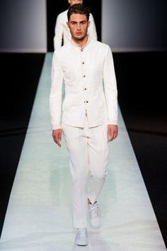 """Défilé Giorgio Armani Milan - Chez de nombreux créateurs, le """"tout blanc"""" est à l'honneur cette année."""