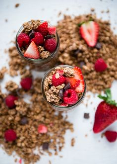 Berry Chocolate Chia Pudding Breakfast Parfait | http://helloglow.co/chia-pudding-breakfast-parfait/