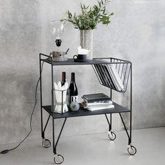 Use sivupöytä pyörillä merkiltä House Doctor. Mustasta teräksestä valmistettu sivupöytä pyörillä. Tä...