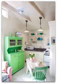 Mooi wonen met een kleur. Gewaagde kleuren misschien, knal groen en blauw maar het staat wel lekker fris.       Knus klein huisje lijkt mij...