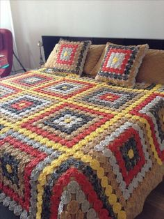 I want to do this for the girls with fabric from all the stuff that I see for them. Just buy a little extra yardage so I don't have to cut up the clothes and give them all the clothes and toys to go along with the quilt. Ruffle Bedspread, Floral Bedspread, Crochet Bedspread, Crochet Quilt, Crochet Motif, Granny Square Blanket, Granny Square Crochet Pattern, Afghan Crochet Patterns, Crochet Granny