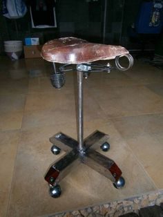 Old bicycle saddle seat nicely #upcycled into a rolling stool