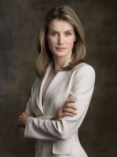 Letizia Ortiz Rocasolano Queen of Spain is married to King Felipe they have two daughters. This woman is beyond belief. Letizia Ortiz Rocasolano Queen of Spain Business Portrait, Corporate Portrait, Corporate Headshots, Headshot Poses, Portrait Poses, Female Portrait, Business Photo, Foto Cv, Corporate Fotografie