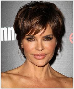Lisa Rinna Short Straight Casual Hairstyle with Side Swept Bangs – Dark Brunette Hair Color - Coiffure Sites Rhianna Hairstyles, Short Hairstyles Fine, Haircuts For Fine Hair, Casual Hairstyles, Celebrity Hairstyles, Easy Hairstyles, Hairstyle Short, Chic Short Hair, Short Straight Hair
