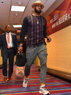 The Best and Craziest Pre-Game Fits of the NBA Season (So Far) October LeBron looks like he just got off a flight from Bali. Maybe that's all part of his strategy. Nba Fashion, Big Men Fashion, Fashion Boots, Cheap Fashion, Winter Fashion, Womens Fashion, Mode Masculine, Style Hipster, Hipster Boys