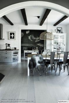 matsal,köksbord,köksstolar,kökslampa,hth kök,vitt kakel,artprint,konsttryck,fototapet,takbjälkar,vitrin,kök