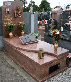 O tym czy na nagrobku zostanie umieszczony krzyż uzależnione jest najczęściej od naszego wyznania. Z uwagi na fakt, iż w Polsce najwięcej jest ludności chrześcijańskiej, krzyże stanowią dość powszechny i ważny element na każdym cmentarzu.Istnieje wiele rodzajów krzyży. Zakłady kamieniarskie oferują szeroką gamę wzorów do wyboru. Może to być całkowicie gładki symbol, bądź z aplikacją.