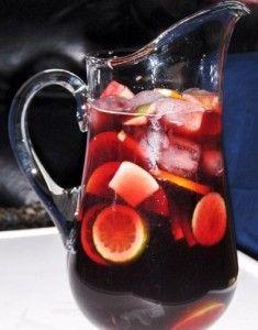 """Un litro de vino tinto 2 Naranjas de zumo 3 Melocotones(pelados)y/u otras frutas de temporada. 5 Cucharadas de azúcar (mejor añadirla en forma de almibar para su completa disolución, para ello cocer el azúcar durante unos minutos junto con un poco de agua) Una piel de limón (mejor ecológica, sin pesticidas) Un """"flush"""" de canela molida."""