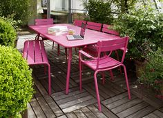 Outdoor furniture brings cheery colour for dining al fresco. Small Outdoor Spaces, Outdoor Living Rooms, Outdoor Dining Set, Outside Living, Outdoor Tables, Outdoor Decor, Dining Table, Restaurant En Plein Air, Outdoor Restaurant