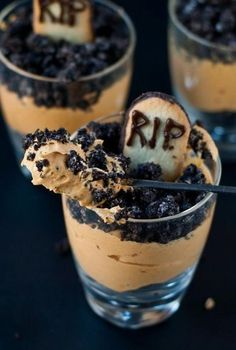 This graveyard mousse is one of the best Halloween recipes. Are you looking to make a few festive treats for Halloween this year? Look no further than this list of the 25 best Halloween recipes! Halloween Snacks, Plat Halloween, Halloween Food For Adults, Cocktails Halloween, Comida De Halloween Ideas, Hallowen Food, Halloween Party Themes, Halloween Goodies, Halloween Cupcakes