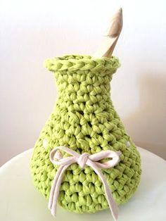 Crochet Vase made of T-Shirt Yarn - Tutorial not in English :-( Crochet Vase, Knit Or Crochet, Crochet Crafts, Hand Crochet, Crochet Hooks, Crochet Baskets, Chunky Crochet, Yarn Projects, Crochet Projects