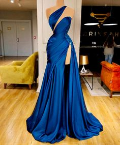 Satin blue gown with deep cut and high slit. Satin blue gown with deep cut and high slit. Elegant Dresses, Pretty Dresses, Formal Dresses, Looks Black, Gala Dresses, Blue Gown, Satin Gown, The Dress, Gown Dress