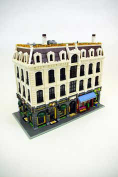 My custom modular Lego building; an apartment building with six lofts and three street-level shops. Lego Modular, Lego Design, Casa Lego, Lego Pictures, Lego Christmas, Toy House, Lego Boards, Cool Lego Creations, Lego Building