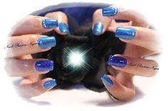 Unhas em Gel em cor azul metalico com nail art em gliters azul & pedras brilhantes <3