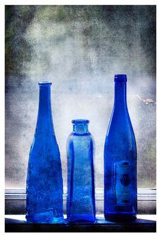 Photographie de nature morte, bouteilles bleu, antique, verre bleu, fine art print