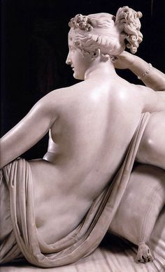 Venus Victrix by Canοva Canova's marble sculpture of 08 epitomizes neo-classical nude beauty, is Napoleon's sister Pauline, Princess Borghese portrayed as Venus, reclining on an equally finely shaped sofa. Disobedient to Napoleon. Caravaggio, Statues, Italian Sculptors, Foto Poster, Art Ancien, Renaissance, Art Sculpture, Michelangelo, Pablo Picasso
