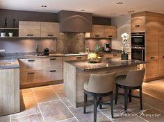 Magnifique alliance métal bois pour cette spacieuse cuisine avec îlot central