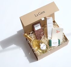La Gent gift box featuring our signature Dark blend chocolate bar. Rodin, Gents Gift, Dark Chocolate Bar, Beautiful Gift Boxes, Giving, Gift Wrapping, Place Card Holders, Holiday, Crafts