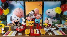 Aluguel decoração Snoopy: painel muro inglês com 3 placas com desenho impresso e iluminação no chão/ 20 balões de gás hélio nas cores amarelo, vermelho, preto e azul / 1 mesa com pés de cavaletes / 1 tapete grama sintética / 2 bolos fake / 2 vasos azuis com buchinho / até 7 porta doces de porcela...
