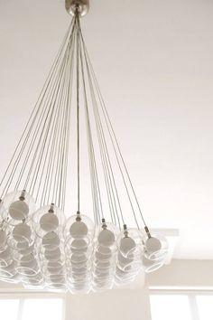 De Drop hanglamp van Alma light is verkrijgbaar bij Kurnig Licht in Heerlen. De hanglamp beschikt over 19 lichtpunten die samen een mooi geheel vormen. Een musthave voor uw woonkamer!