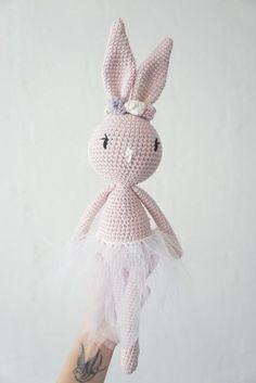 Edith og Albert kanin Materialer: Garn – Økologisk bomuldsgarn fra Stof & Stil (du skal bruge lidt mere end et nøgle af den farve du vil bruge til selve kaninen) (Du kan bruge lige det garn du ønsker – husk at du skal bruge den størrelse hæklenål der bliver anbefalet på b....