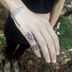 Handgefertigtes und manifestiertes Old Crow Tattoo … – Serpent tattoo Hand Tattoos, Hand And Finger Tattoos, Grey Ink Tattoos, Body Art Tattoos, Tribal Tattoos, Small Tattoos, Crow Tattoos, Phoenix Tattoos, Tatoos