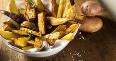 Vous n'aurez jamais mangé de meilleures frites que celle du chef Daniel Vézina! Croustillantes et recouvertes de fromage et d'herbes fraîches, ces frites maison sont parfaites! Saveur, Kraut, Pretzel Bites, Potatoes, Bread, Vegetables, Food, Sport, Crispy French Fries