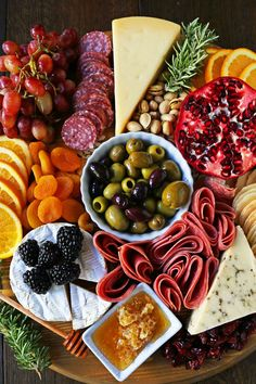 How to make the best charcuterie board. The perfect meat and cheese board for your next party. The most beautiful meat fruit and cheese board ideas. Yummy Drinks, Delicious Desserts, Dessert Recipes, Cheese Platter How To Make A, Charcuterie Board Meats, Meat Fruit, Cheese Platters, Party Platters, Good Food