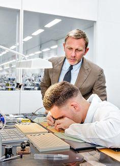 ダニエル・クレイグ、「007」コラボウォッチを製造するオメガ工場を見学