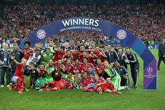 Even though there are a few days gone, I still can't believe it - the legendary Champions League trophy is finally back in Munich! Champions League Finale, Trophies And Medals, London, Congratulations, Soccer, Football, Sports, Munich, Life