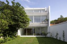 Garage Doors, Patio, Mansions, Architecture, House Styles, Outdoor Decor, Home Decor, White Houses, Arquitetura