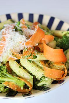 Macarrão integral com pesto de rúcula e legumes a vapor