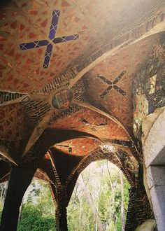 "10 December 2016 (15:13) / The crypt's gateway at the Colònia Guëll Church is made with inverted domes, covered with brick, and alternated with vitrified ceramics that draw a Christian symbolism. Picture above presented on ""Gaudí - Barcelona 1900"" exhibition at Instituto Tomie Ohtake, São Paulo City."