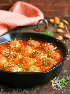 Le Polpette con mandorle e finocchietto sono un'idea diversa dal solito, per preparare un secondo di carne cassico ma con un tocco originale e raffinato.