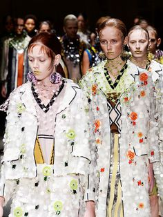 Die Message der aktuellen Prada Kollektion ist Retro-Eklektizismus gepaart mit itialienischer Sensibilität, die sich durch extravagante Karos und Streifen auf Lack und Tweed zeigt.