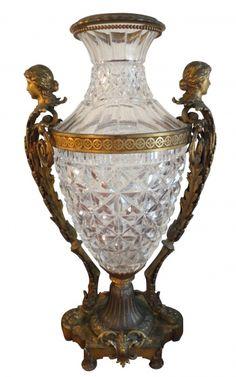 Grande vaso Baccarat com base e laterais em bronze, França século XIX, 82cm