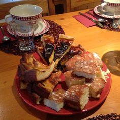 Petit déjeuner O Tséza pain frais , biscuit de Savoie, papet, galette au sucre, thé café, chocolat, jus d'orange