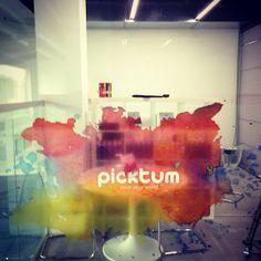 Picktum también imprime sobre cristal, ¿No quedaría genial en tu negocio?