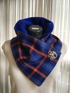 A handmade fleece-lined wool neck warmer, in the beautiful tartan that was designed especially for the Daughters of the American Revolution (DAR)! Sewing Hacks, Sewing Tutorials, Sewing Patterns, Sewing Scarves, Sewing Clothes, Diy Scarf, Cowl Scarf, Sew Ins, Neck Scarves