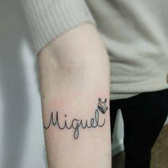 Tatuagem para filhos: 90 ideias para gravar seu amor de mãe na pele Mommy Tattoos, Baby Tattoos, Hot Tattoos, Pretty Tattoos, Tattos, Shoulder Tattoos For Women, Back Tattoo Women, Arm Tattoos For Women, Tribal Back Tattoos