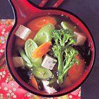 Misosoep met tofu, zeewier, wortel, prei en broccoli, uit het kookboek 'Eten met stokjes' van Kimiko Barber. Kijk voor de bereidingswijze op okokorecepten.nl.