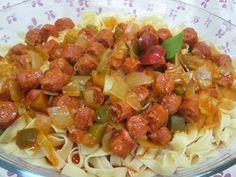 Pasta al huevo con salchichas rojas en salsa Ver receta: http://www.mis-recetas.org/recetas/show/62971-pasta-al-huevo-con-salchichas-rojas-en-salsa