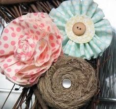 Você pode fazer flores de tecido para enfeitar chinelo e renovar o visual dos seus ou ainda ganhar um bom dinheiro confeccionando estes chinelos para vende