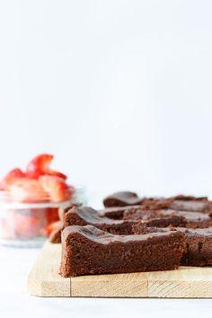 Met maar 2 ingrediënten is dit met recht de makkelijkste chocoladetaart ever. Of die dan ook nog goed smaakt? Ik test het voor jullie in deze nieuwe video!