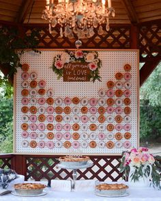 Every girl adores donuts. Can you imagine adding donuts into your wedding? Donuts are great wedding walls not only because they are delicious and good-looking, we also love it for its budget-saving and creative visual effect. Diy Donut, Donut Bar, Doughnut, Wedding Wall, Diy Wedding, Dream Wedding, Wedding Reception, Floral Wedding, Wedding Ideas