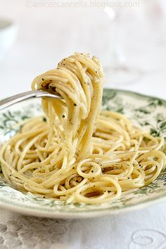 SPAGHETTI CACIO E PEPE (Lazio) a traditional dish made with simple ingredients: pecorino romano and pepper #food #Italy