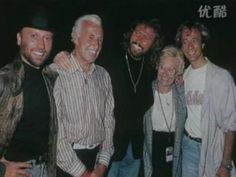 Bee Gees Barry Gibb& mother Barbara dies at 95 Phil Collins, Robin, Warner Music, Vídeos Youtube, Barry Gibb, Pop Rock, Band Of Brothers, Song Artists, Music Love