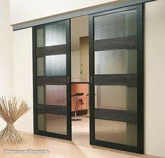 Совет 1: Как установить межкомнатные двери-купе  Раздвижные межкомнатные двери-купе представляют собой конструкцию, которая состоит из одного или нескольких полотен и открывает или закрывает дверной проем путем смещения в левую или правую сторону. Они идеально подходят для малогабаритных помещений, экономя полезную площадь комнат.  Вам понадобится - дверное полотно; - механизм межкомнатной двери-купе; - направляющий профиль; - квадратный деревянный брус сечением 50 мм; - саморезы по дереву…