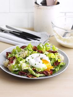 Bacon, egg and new potato caesar A classic combination (bacon + egg + potatoes), made all the more delicious with a homemade Worcestershire sauce and Dijon mustard dressing Easy Salad Recipes, Egg Recipes, Potato Recipes, Lunch Recipes, Breakfast Recipes, Dinner Recipes, Homemade Caesar Salad Dressing, Chicken Caesar Salad, Classic Caesar Salad